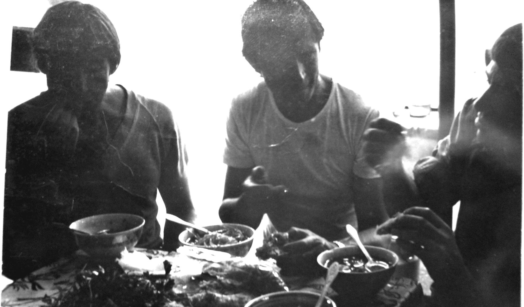 1988 год, памятная фотография Серега Саган (справа), Петр Валентинович Кузнецов (слева) и я (в центре), а Семен Алексеевич Пушкарёв снимал... Про Мишу Овчинникова разговор был тогда, в чайхане, настоящим альпинизмом занимались.