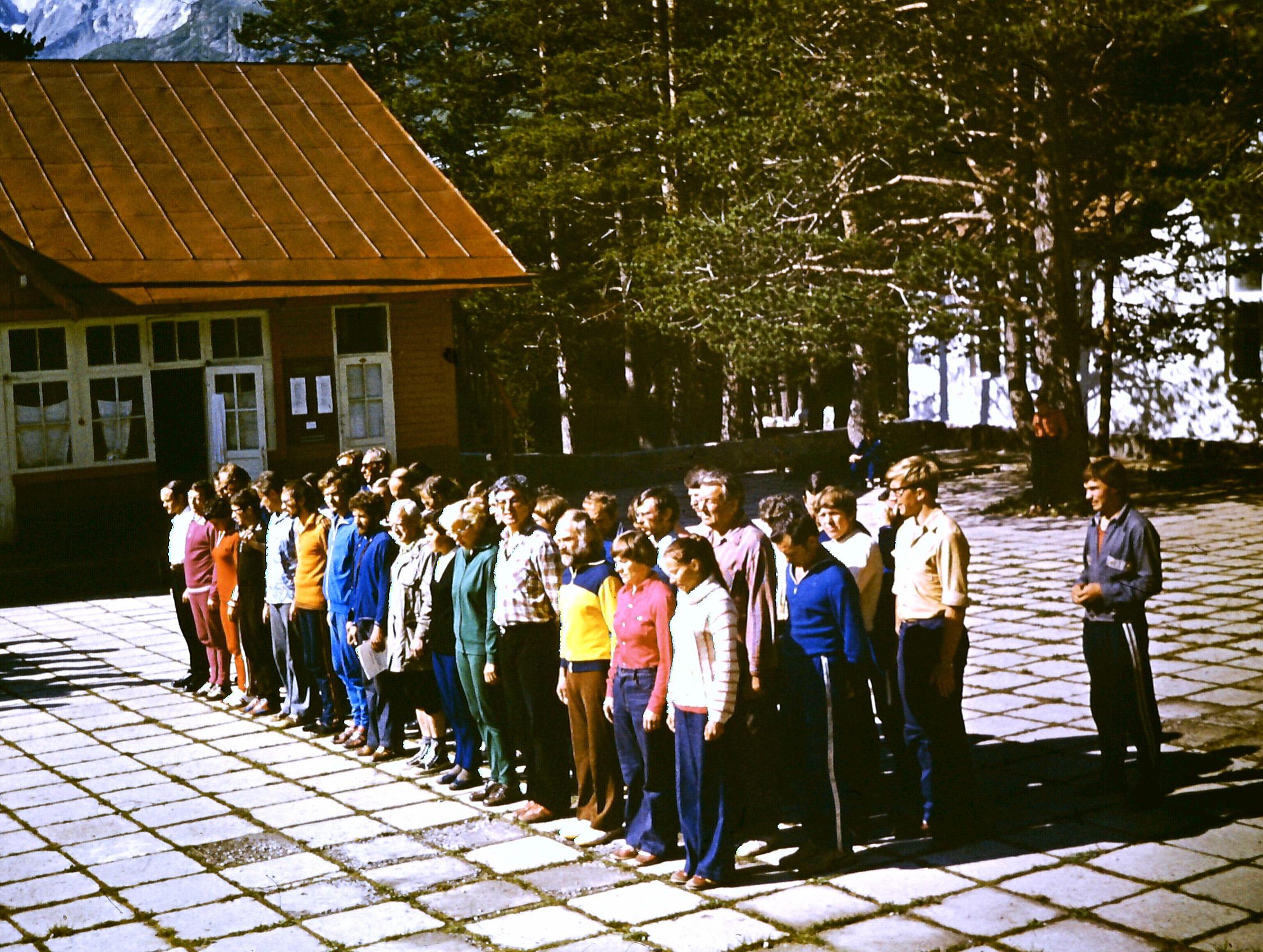 Инструкторы альплагеря на плацу старого Джайлыка